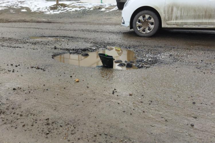 Cratere la intrare în Cluj-Napoca, în Borhanci! Șoferii își distrug mașinile. Cine plătește cauciucurile tăiate? - FOTO