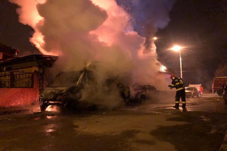 Atentat cu tentă criminală la Mediaș! A dat foc unui microbuz și focul a cuprins și un depozit de fructe - FOTO