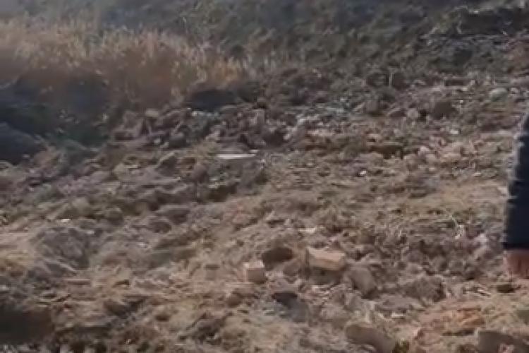 Molozul depozitat ilegal la nici un kilometru de sursa de alimentare cu apă a municipiului Turda