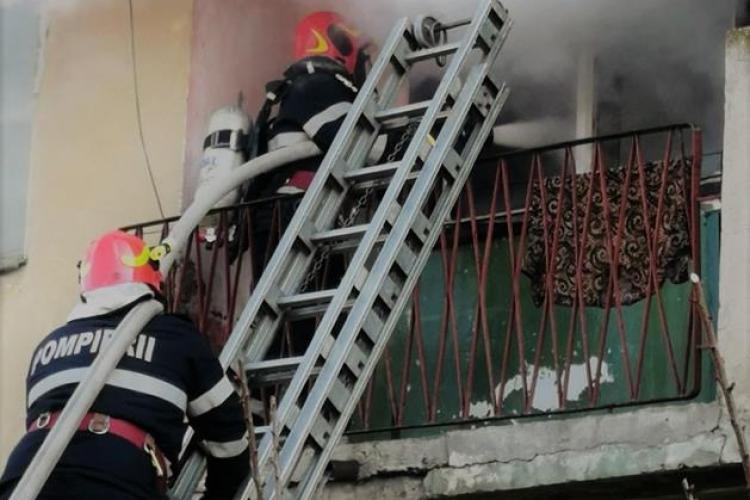 Incendiu la un bloc în Hunedoara! Locatarii evacuați cu scara de deasupra apartamentului în flăcări