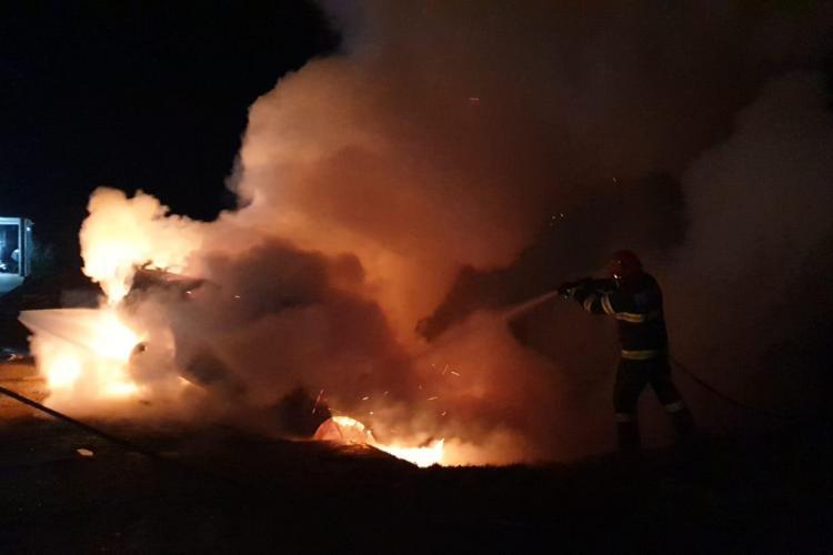 O mașină a luat foc azi-noapte. Pompierii din Satu Mare au intervenit, dar nu au mai putut face mare lucru - VIDEO