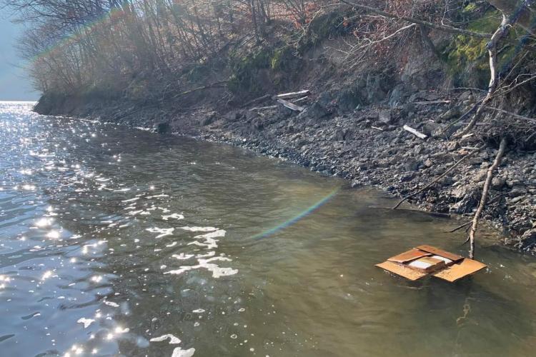 Deșeuri farmaceutice aruncate în Tarnița. Plajele sunt pline cu medicamente: antibiotice, analgezice și anticonceptionale expirate - FOTO EXCLUSIV