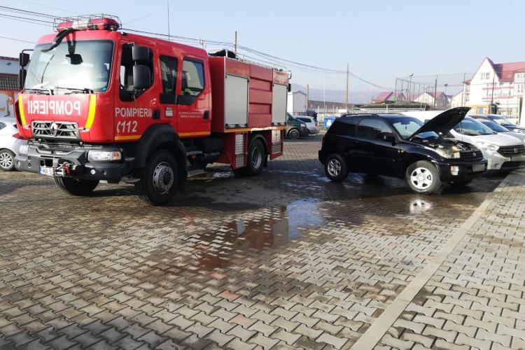 O mașină a luat foc într-o parcare din Florești - FOTO