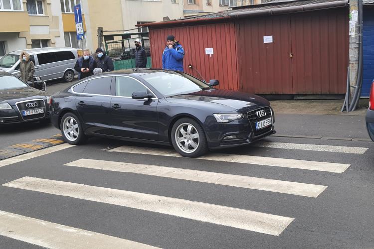 Incident cu un șofer parcat pe trecerea de pietoni de lângă Școala Iuliu Hațieganu! Un părinte i-a atras atenția și a fost jignit - FOTO