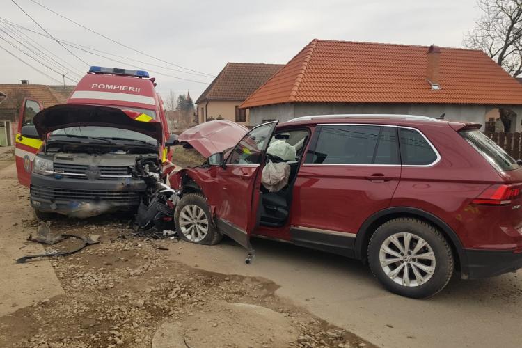 Ambulanță SMURD lovită de o mașină de teren - FOTO