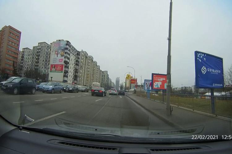 Cluj: Unii șoferi nu știu citi marcajele rutiere. Caz școală de pe Calea Florești. La un pas de accident - VIDEO