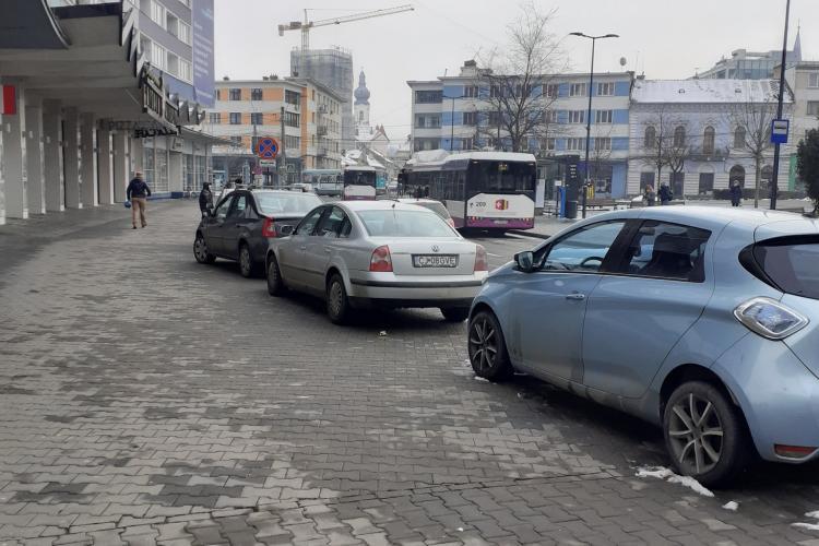 Clujenii parchează deja în ușa Cinema Florin Piersic, pe trotuar - FOTO
