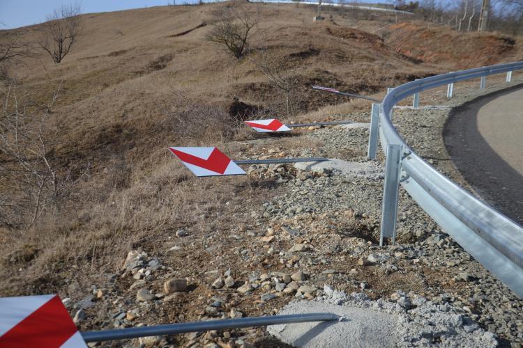 Strada asfaltată din comuna Iara a fost vandalizată noaptea trecută - FOTO