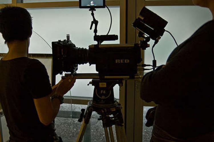Echipă de filmare surprinsă după ora 21.00 într-un local din Cluj-Napoca. Poliția face verificări