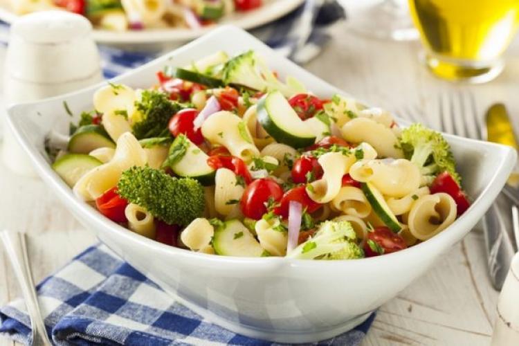 Rețetă de salată cu paste și ouă. Explicații pas cu pas pentru o salată nemaipomenită