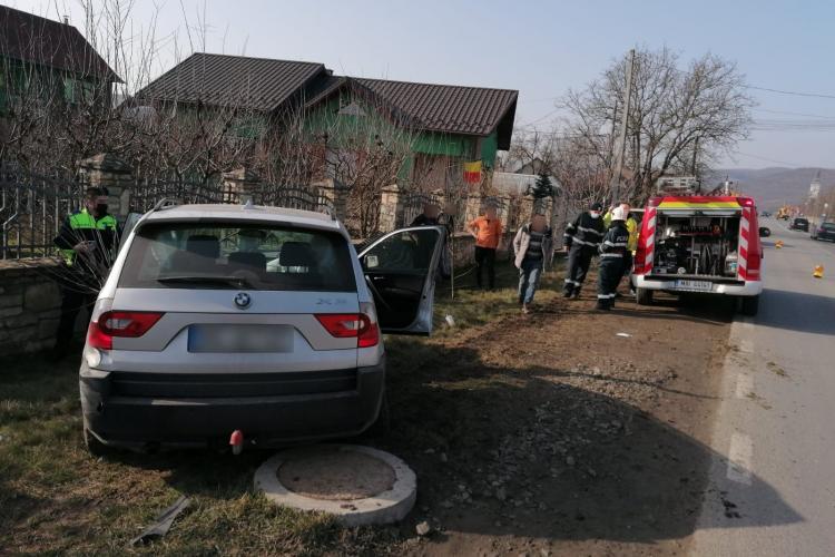 Accident în Cășeiu. Mașinile au spulberat un gard - FOTO