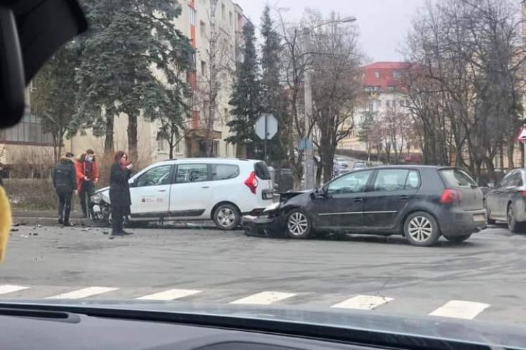 Accident în cartierul Zorilor, la intersecția Pasteur cu Viilor, din cauza neacordării de prioritate - FOTO