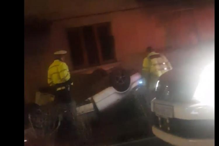 Accident pe Calea Turzii! S-a răsturnat, după ce trecut pe celălalt sens și a intrat într-o clădire - FOTO