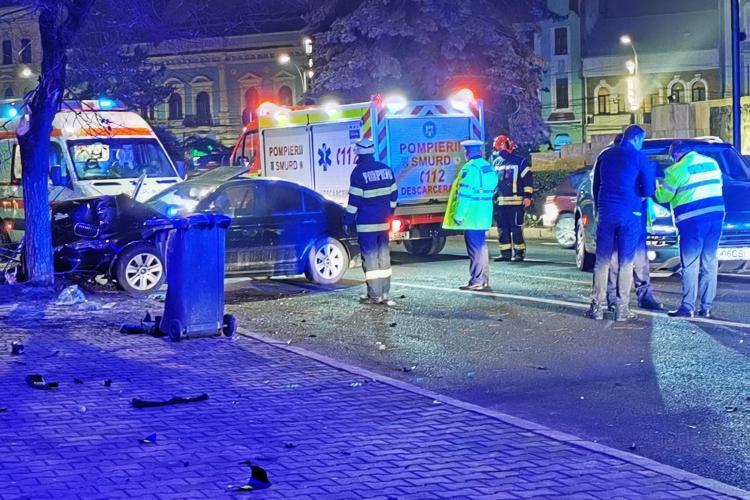 Accident în Piața Mihai Viteazu. A derapat și a intrat într-un copac. E al treilea accident miercuri seara - FOTO