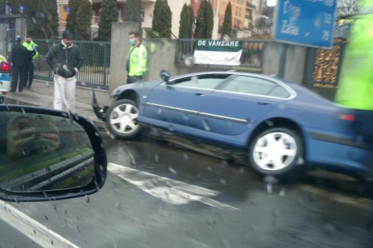 Parcare laterală în Baciu sau accident? Internauți râd degeaba, pentru șoferul din imagine e victima  - FOTO