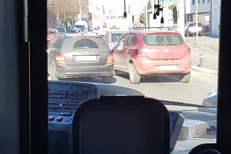 Trafic blocat pe Brâncuși. Un TIR s-a chinuit să intre la clădirea AROBS - VIDEO