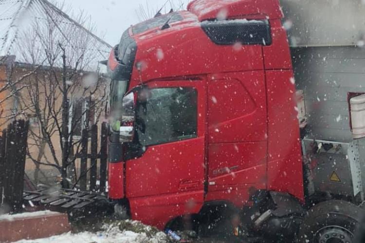 Accident rutier la ieșire din Urișor! Un TIR a intrat direct în șanț - FOTO