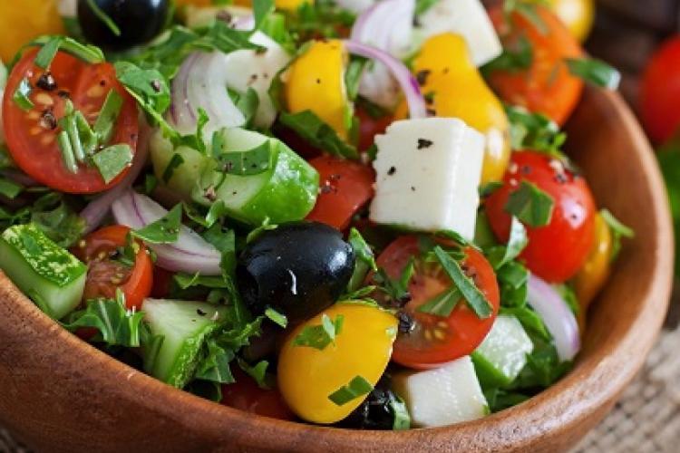 Salate dietetice pentru primăvară. 6 rețete sănătoase și sățioase