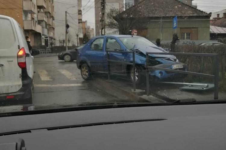 Accident în Mărăști, pe strada Buftea. Intersecția e cu probleme. Un Logan a ajuns pe trotuar - FOTO