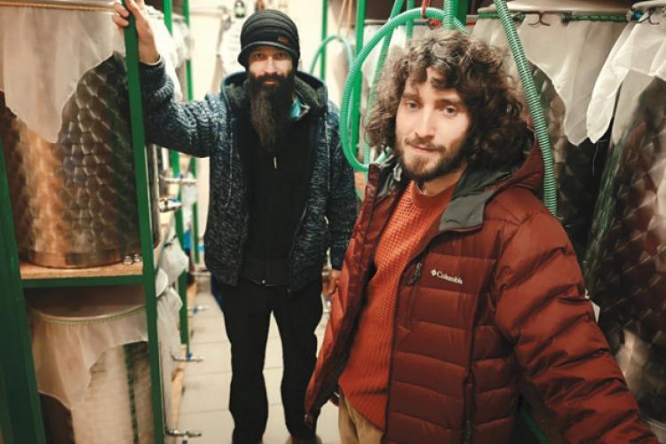Românii fac bani din piatră seacă. Cum au transformat doi tineri din Cluj o bacterie într-un business de succes