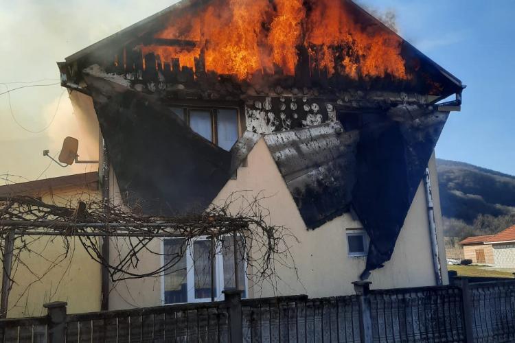 Un incendiu a cuprins o casă în comuna Vad