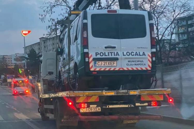 Mașina Poliției Locale Cluj-Napoca ridicată și dusă pe platformă. Șoferii s-au bucurat degeaba - FOTO
