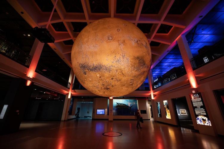 Lights in the Park - Luna și Planeta Marte, suspendate în parcurile IULIUS