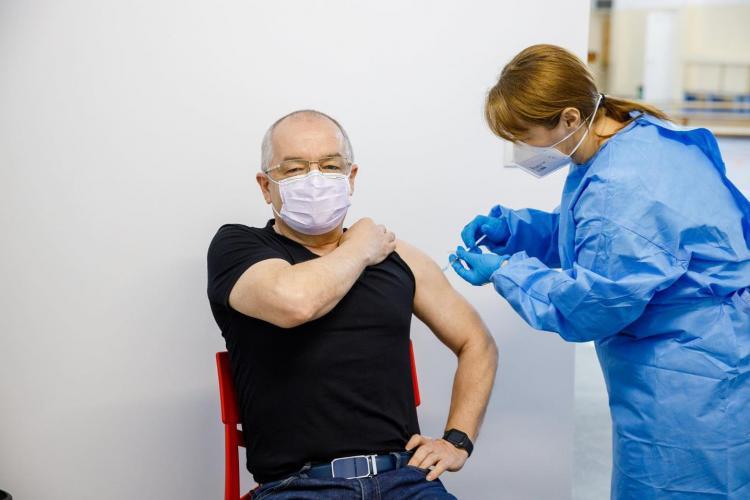 Emil Boc a fost vaccinat cu vaccin din lotul AstraZeneca suspendat pentru suspiciuni