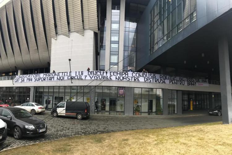 Suporterii U Cluj, banner incendiar pe Cluj Arena: Conducătorii, marionetele lui Dîncu! (Vasile Dîncu) - FOTO