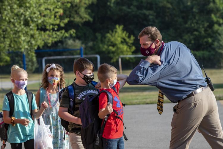 Masca de protecție nu mai este obligatorie la școală pentru unii elevi