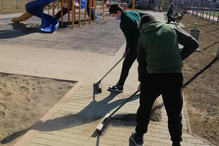 Tineri cu spirit civic au curățat parcul de pe strada Stadionului, Florești - FOTO