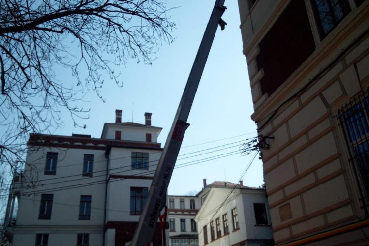 Doi bărbați au căzut de la înălțime, în timp ce participau la renovarea clădirii Facultății de Geografie -VIDEO