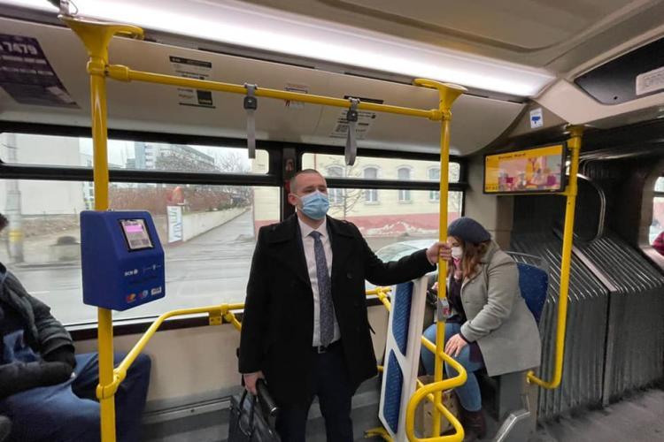 """Prefectul Clujului susține campania """"Vinerea Verde"""". S-a dus cu autobuzul la birou"""