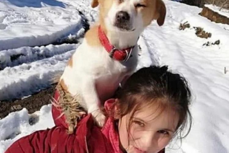 O fetiță și-a cărat în spate câinele bolnav 2 kilometri prin zăpadă, pentru a ajunge la veterinar