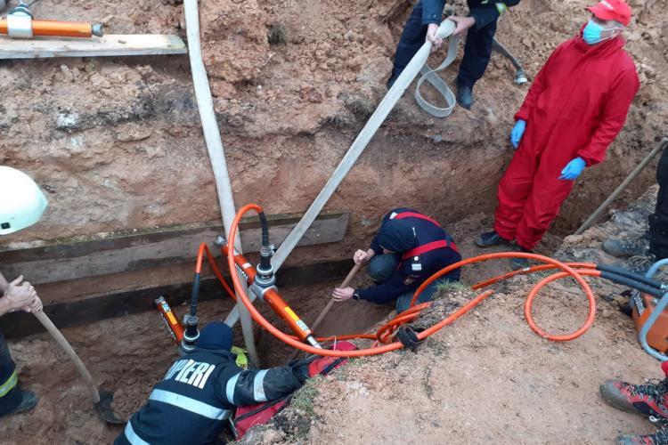 Muncitor mort la Făgetul Ierii. Intervenție dramatică, după ce s-a surpat un mal de pământ peste el - FOTO și VIDEO