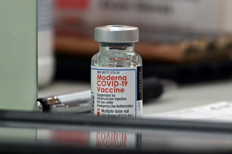 Peste 160.000 de vaccinuri Moderna sosesc vineri în România. Câte doze primește Clujul?