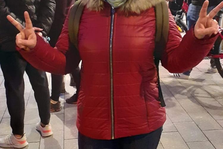 Radicalista Adela Mîrza, Co-Președinte la Alternativa Dreaptă, a participat la protestele anti-restricții de la Cluj - VIDEO