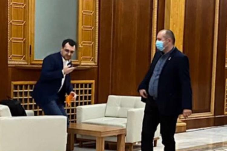 Ministrul Sănătății, Vlad Voiculescu, fără mască pe holurile Parlamentului - FOTO