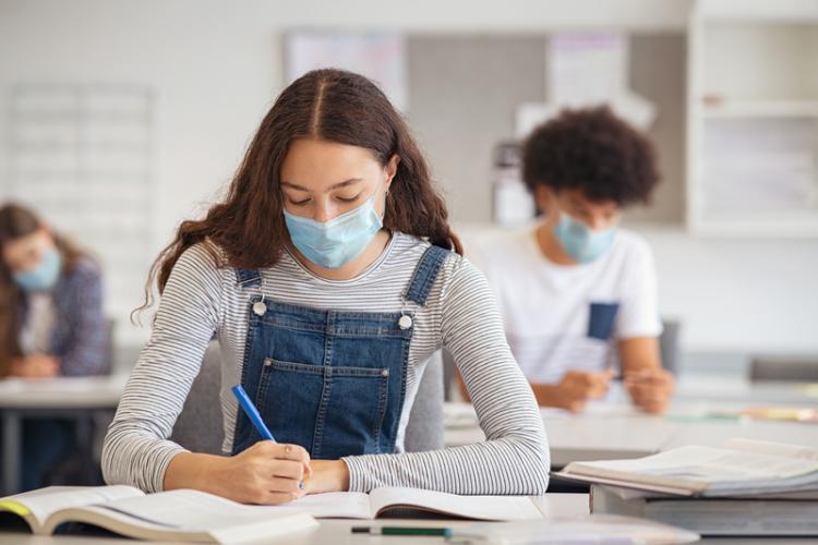 Ministerul Educației: 5 elevi au fost eliminați din simularea de BAC, pentru că au încercat să copieze. La testare au fost prezenți 112.153 de elevi
