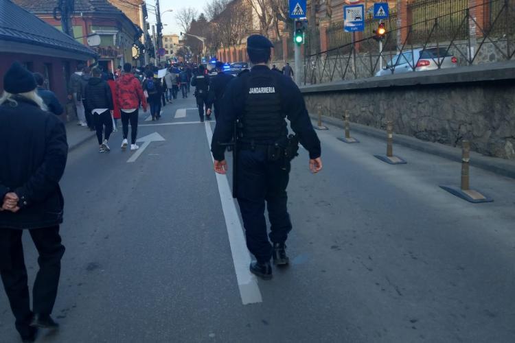 """Val de amenzi la PROTESTELE anti restricții de la Cluj. Amenzi de 32000 de lei pentru cei care strigau """"LIBERTATE"""" și """"FĂRĂ MASCĂ"""""""
