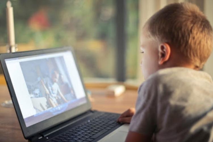 """Părinții au apelat la Inspectoratul Școlar din cauza filmelor indecente difuzate în timpul orelor online. Marinela Marc: """"Este în curs o cercetare"""""""