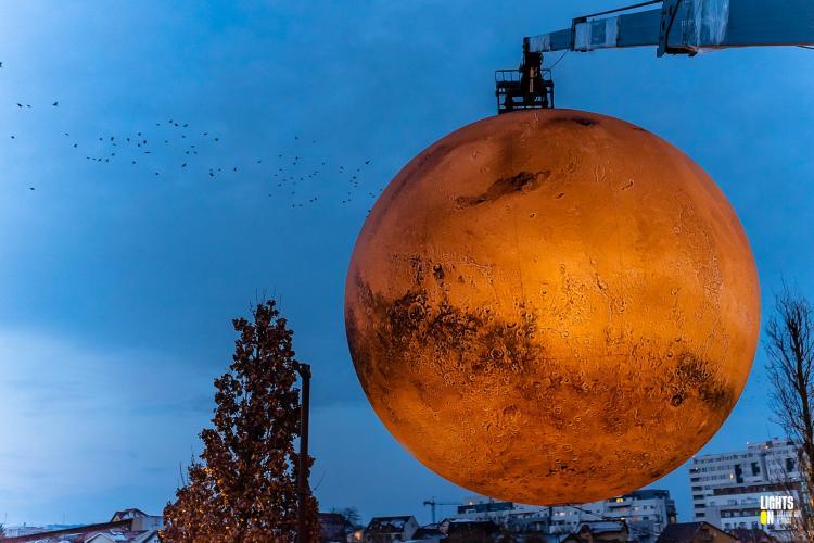 Replica planetei Marte, coborâtă din Iulius Parc Cluj, din cauza vijeliei - FOTO