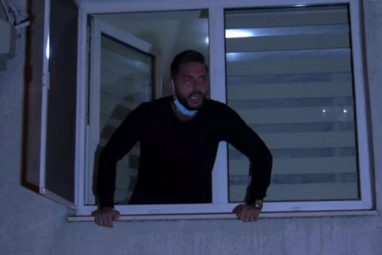 """Un tânăr a transmis un mesaj disperat de la geam către protestatari: """"A murit tata acum două zile de Covid și voi protestați? Să vă fie rușine"""" - VIDEO"""