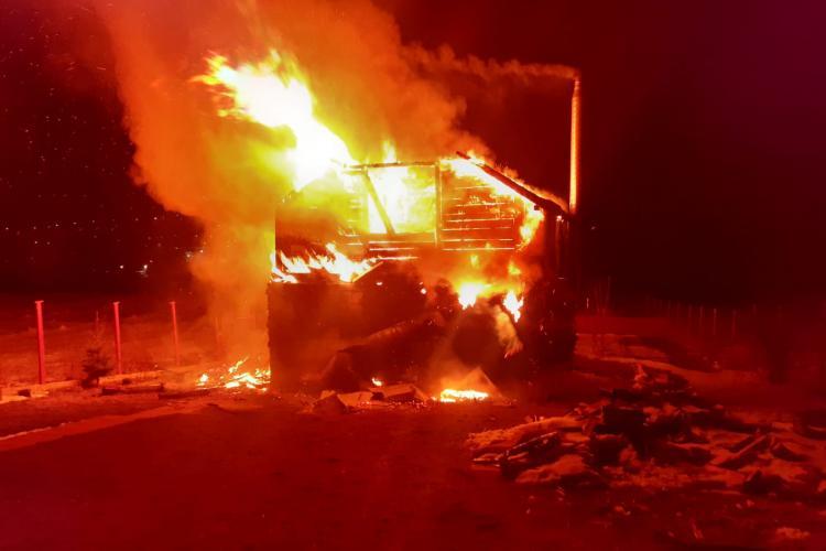 Incendiu la Vâlcele, în care a murit o femeie. Focul a cuprins o cabana - VIDEO