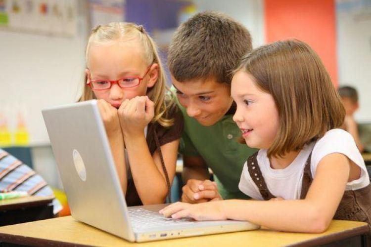 """E oficial: Copiii au dreptul să stea """"în lumea digitală fără a fi opriți sau controlați"""""""