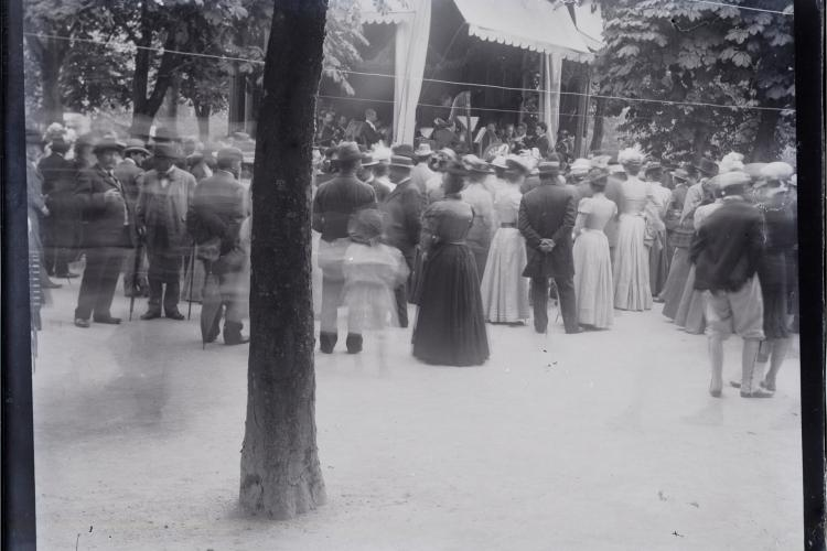 O zi perfectă la foișorul din Parcul Central, înainte de 1900. De atunci s-a schimbat numai stilul vestimentar - FOTO