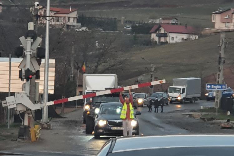 Bariera din Apahida, ruptă din nou după numai 15 zile. Șoferii blocați la trecerea de cale ferată