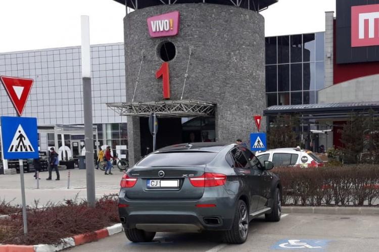 Aroganțe dintr-un BMW X6, parcat pe locurile pentru cei cu handicap de la VIVO: Mi-a spus că nu-s îmbrăcat la nivelul lui - FOTO