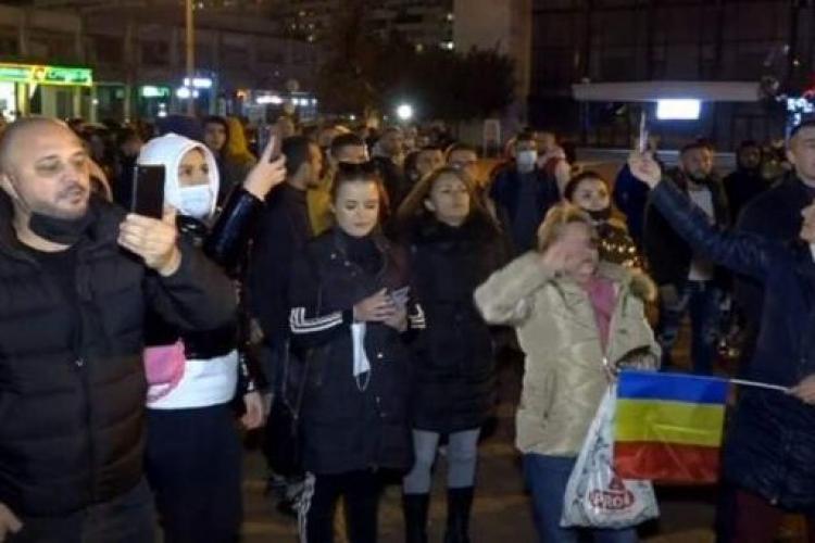 """Scandări antimaghiare la Pitești, la protestul anti-restricții: """"Afară cu ungurii din țară"""""""