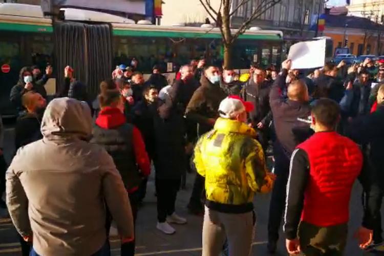 """Protestatari fără mască la Cluj, cu un mesaj înfiorător: """"Arafat de Sărbători, dar-ar Dumnezeu să mori!"""" - VIDEO"""